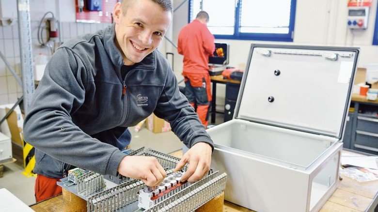 Alles am Platz: Elektrotechniker Marko Kovačić beim Aufbau eines Schaltschranks. Foto: Scheffler