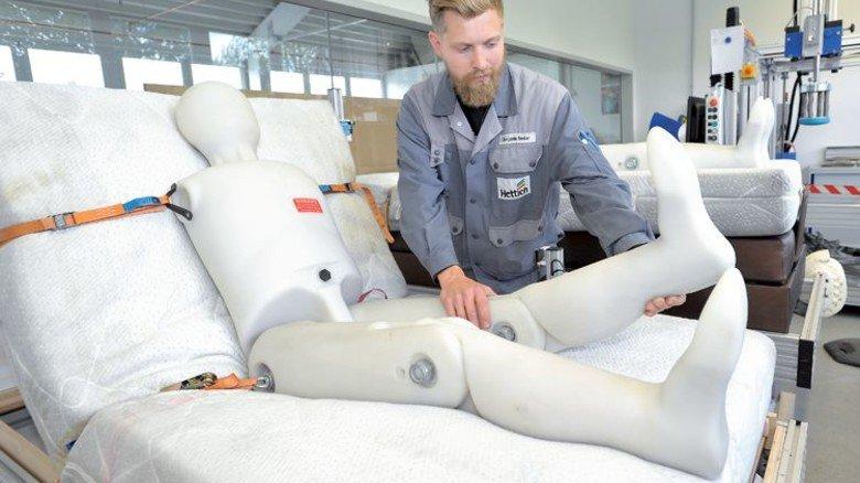 Im Labor: Benjamin Sauter testet ein Verstellsystem, das die Bewegungen des Körpers mitmacht. Foto: Sigwart