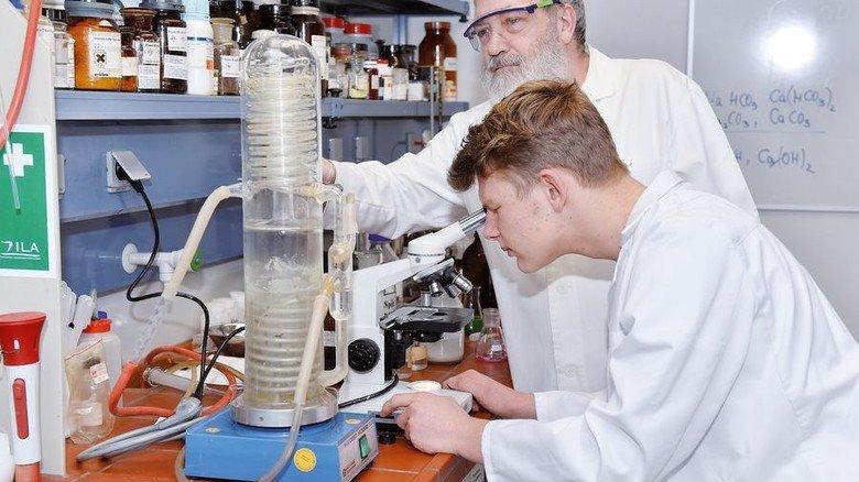 Spannend: Max Christmann und Betreuer Egbert Lange am Mikroskop. Foto: Deutsch