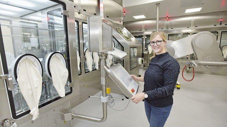 Alles im Blick: Anna Schnekenburger prüft die Produktionsanlage.