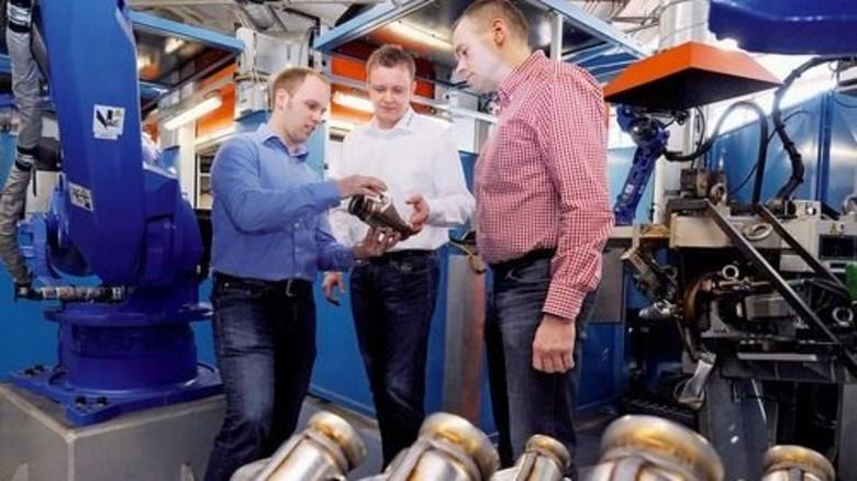 An der neuen Anlage: Geschäftsführer Daniel Jud mit Mario Eisbach und Ralf Wagener (von links). Foto: Wirtz