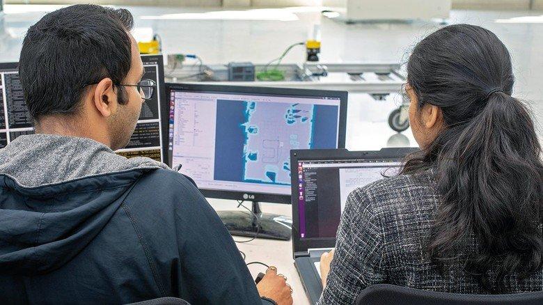 Freies Navigieren: Die beiden Master-Kandidaten Amala Putrevu und  Srinivas Gollapudi gehören zum Team, das das fahrerlose Transportsystem entwickelt.