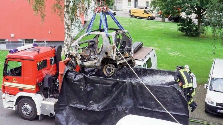 Letzte Rettung: Für einen E-Smart musste die Dortmunder Feuerwehr im vergangenen Jahr selbst ein Tauch- becken basteln.