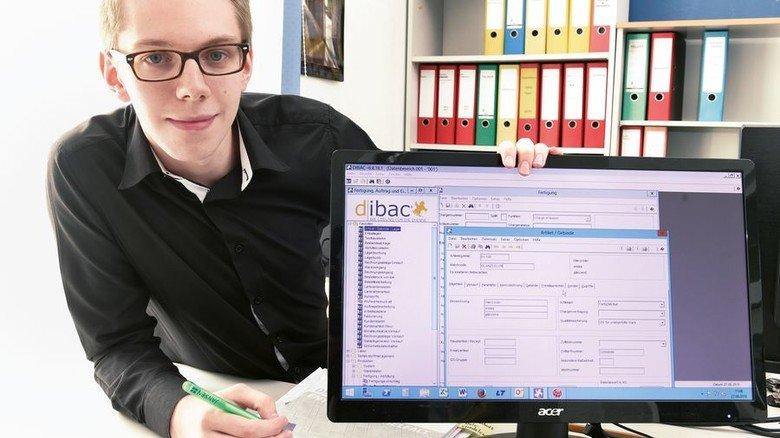Eingeben: Leinz ist nicht nur im Betrieb unterwegs, sondern pflegt auch Datenbanken am PC. Foto: Wirtz