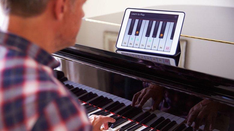 Tasten über Tasten: Der Schüler spielt Klavier, die Tablet-App zeigt, wie's geht. Sogar individuelles Feedback übers Internet ist heute bei vielen eLearning-Anbietern Standard.