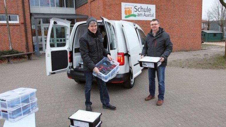 Engagierte Lehrer: Reinhard Altrock und Gerd Iffland (rechts) beladen das MINTmobil für die nächste Tour. Foto: GuS Kommunikation