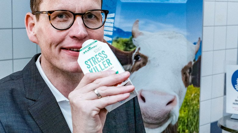 """Europa-Chef Martin Herrenbrück mit einer Verpackung aus der SIG-Produktion: """"Die Vielfalt der Produkte ist schier explodiert."""""""