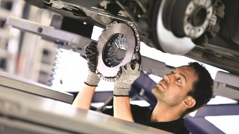 Automobil-Zulieferer ZF: Genauso wie die Hersteller müssen die Zulieferer aufgrund des Wandels in der Antriebstechnologie umdenken.