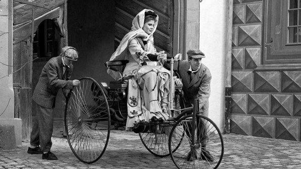 Mutiige Spritztour: 1888 fuhr Bertha Benz, die Ehefrau des Automobilerfinders Carl Benz, mit dem Wagen ihres Mannes von Mannheim nach Pforzheim - und machte so das Auto populär. Mit dabei waren ihre Söhne Eugen und Richard. Foto: Daimler AG