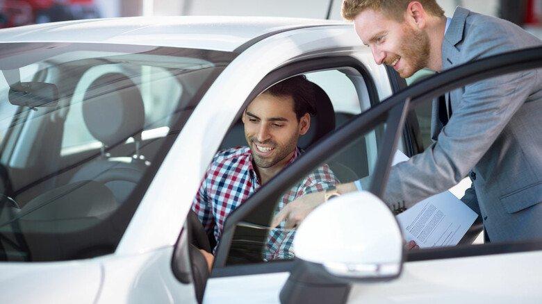 Damit der Gebrauchtwagen auch noch lange Freude macht: Einige Tipps können helfen, um das Auto auf Herz und Nieren zu prüfen.