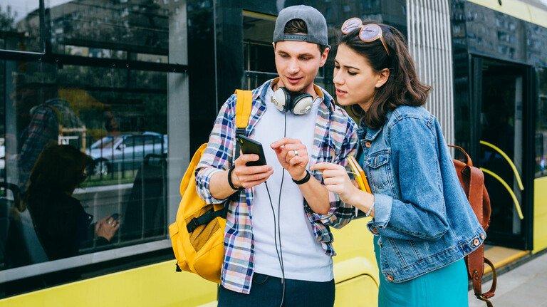 Sightseeing per Handy: Mit Google Maps lässt sich schnell und einfach durch fremde Städte navigieren - und je nach Standort gibt das Navi auch die nächste Verbindung per Bus oder Bahn an.