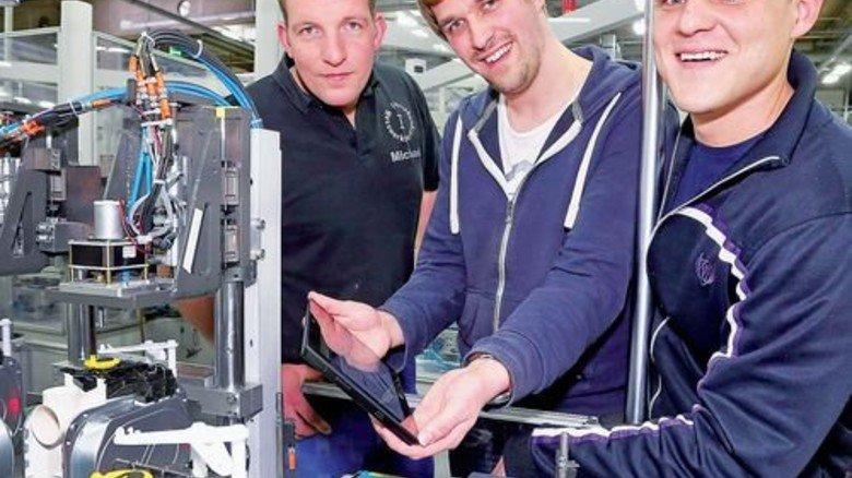 Eingriff per Tablet: Matthias Kalmlage (Mitte) zeigt Michael Hinnenkamp (links) und Tobias Möllenkamp Tipps für den Fall einer Störung. Foto: Gossmann