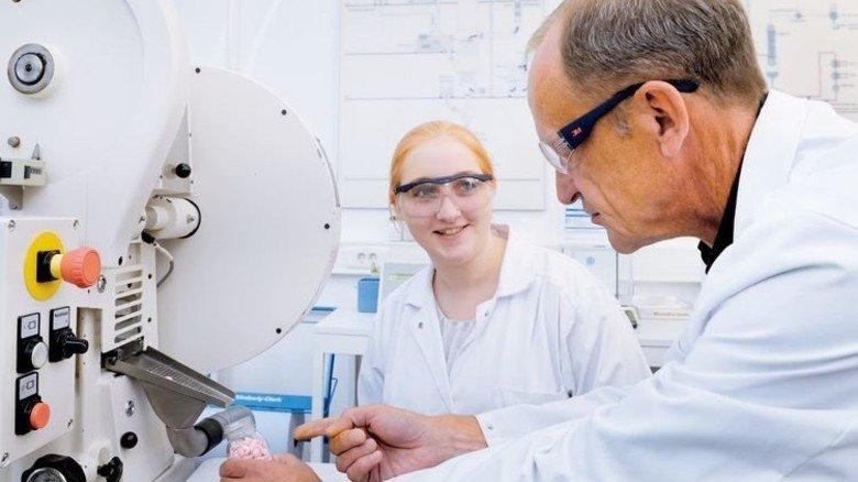 Gute Unterstützung: Ausbilder Frank Röder erklärt die Tablettenmaschine. Foto: Wirtz