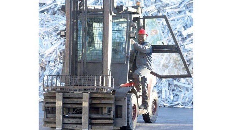 Eifrig: Vor den Aluminium-Halden übt Vinzent Eruotor Staplerfahren. Foto: Puchner