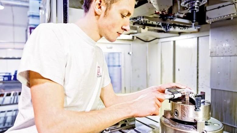 Nachwuchskraft: Mauricio Tilz misst ein Bauteil an einer CNC-Fräse. Foto: Schroll