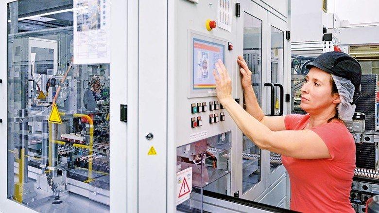 Beispiel Procter & Gamble: Mitarbeiter bedienen voll automatisierte Maschinen.
