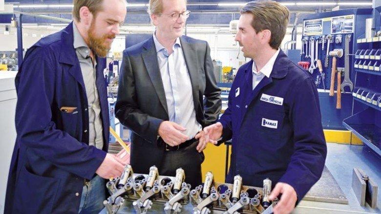 Besprechung in der Produktion: Die Fertigungssegmentleiter Kai Porschitz (links) und José Garcia-Torremocha mit ihrem Chef. Foto: Scheffler