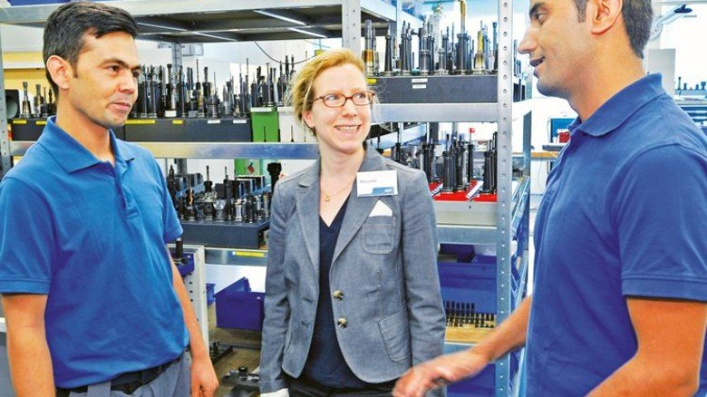 Ansprechpartnerin: Integrationslotsin Annika-Maren Gebauer mit Hukmeddin Noori (links)  und Adel Safari. Foto: Sigwart