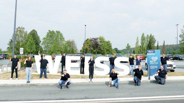 Gehen optimistisch in die Zukunft: Die neuen Auszubildenden von Weiss Technik in Reiskirchen, 16 von 53 neuen Nachwuchskräften der Schunk Group in Heuchelheim.