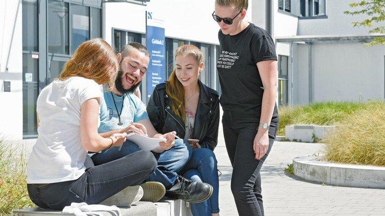 Campusgespräche: Kollegen Laura Schneider, Jannis Köser und Kerstin Zengerle (von links). Foto: Wirtz