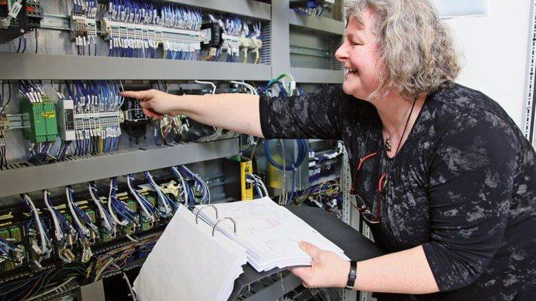 Von Technik begeistert: Die 53-jährige Mitarbeiterin von Thyssenkrupp System Engineering entwirft Schaltpläne. Foto: GUS