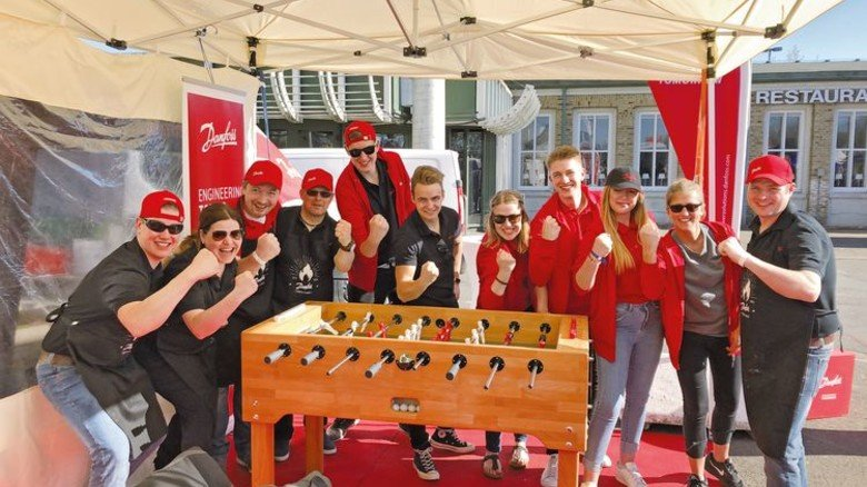 Gute Stimmung: Mitarbeiter von Danfoss Power Solutions vor dem Grill-Wettbewerb. Foto: Danfoss Power Solutions