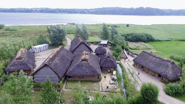 Jetzt Unesco-Welterbe: Ein Blick auf die Wikingerhäuser von Haithabu. Foto: Carsten Rehder/dpa