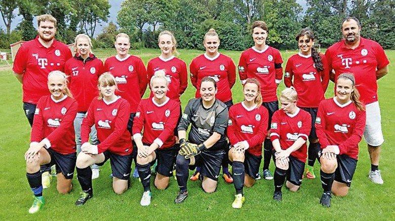 Fußballfan: Laura Woggan mit ihrer Mannschaft.