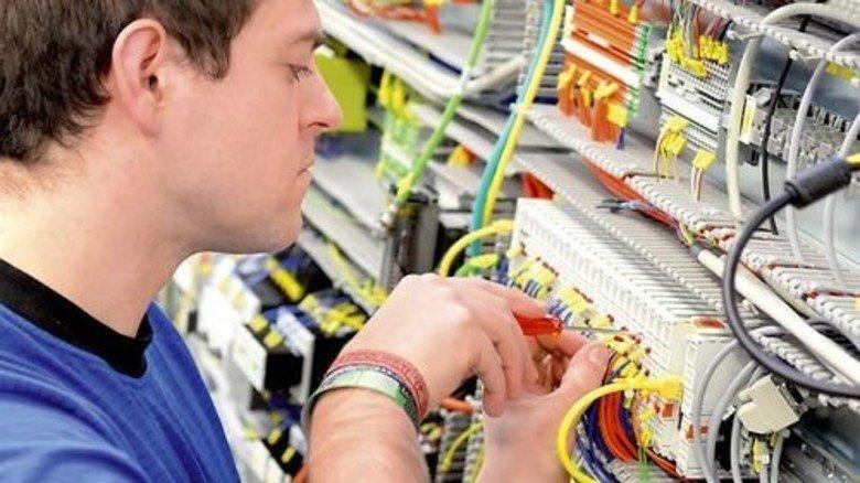 Industrie-Job: Der starke Beschäftigungsaufbau hält die Zahl der Überstunden je Mitarbeiter in Grenzen. Foto: Fotolia