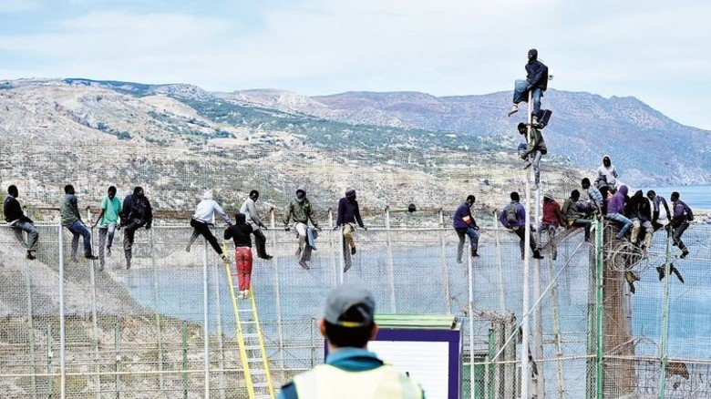 Europa im Blick: Afrikanische Migranten auf dem Zaun der spanischen Exklave Ceuta in Marokko. Foto: Getty