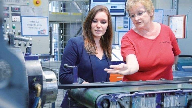 So geht das: Judith Amarell (links) lässt sich von Birgit Scholz die spezielle Extrusion erklären. Foto: Sturm