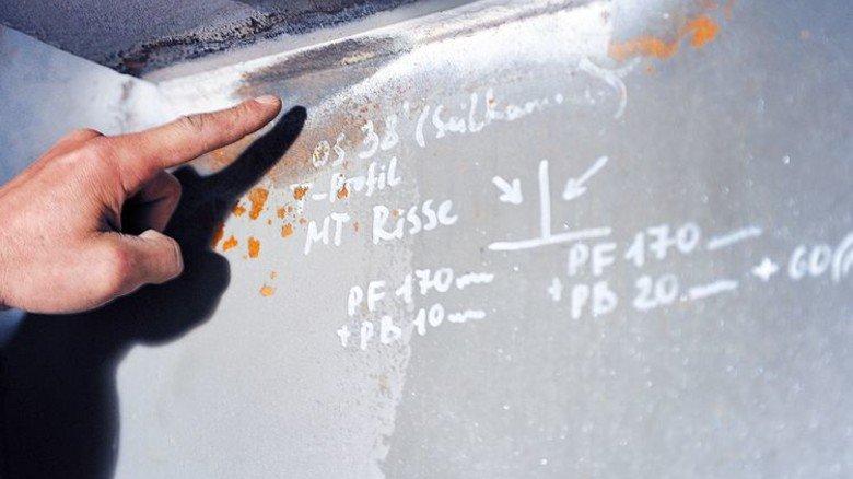 Völlig verschlissen: In der Leverkuseer Brücken wurden schon Tausende Risse ausgebessert. Foto: Ullstein