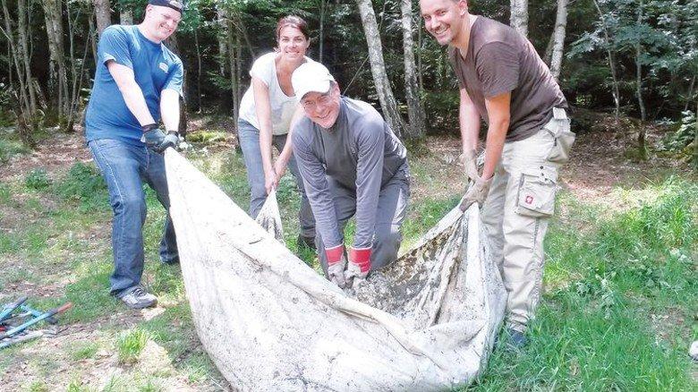 Tatkräftiger Einsatz: Ein MAN-Team reinigt ein Biotop im Perlacher Forst in München. Foto: Werk