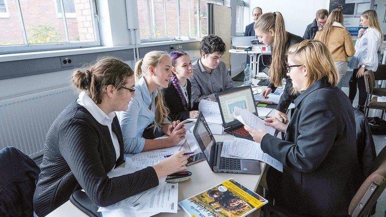 """Strategiebesprechung: Das sechsköpfige Team von """"Cibus Technologies"""" plant sein Produkt. Foto: Gossmann"""