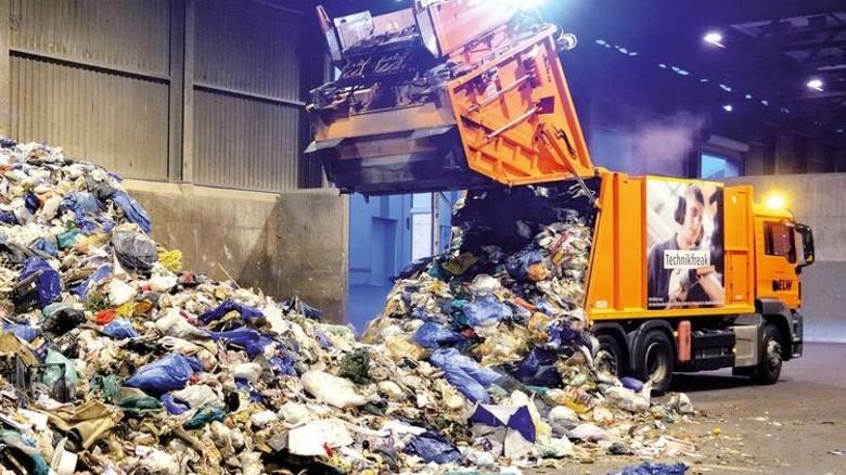 Hoch das Heck: Rund acht Tonnen Müll purzeln aus dem Müllwagen. Foto: Scheffler