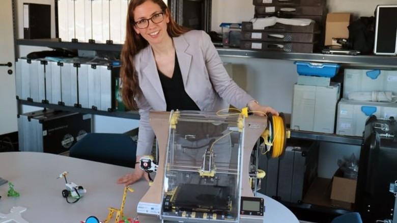 Mobil: Roboter und 3-D-Drucker können bei Kerstin Thiel und ihrer Kollegin Tharsika Sivalingam ausgeliehen werden. Foto: Higo