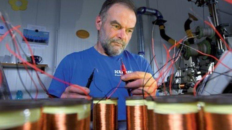 Jedes Bauteil wird überprüft: Klaus-Dieter Beusch misst Kupferwicklungen für Elektromagnete. Foto: Augustin