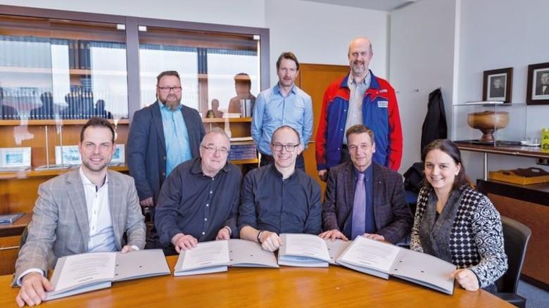 Vertrag unterzeichnet: Ausbildungs-Verantwortliche der Meyer Werft mit örtlichen Schulvertretern. Foto: Meyer Werft