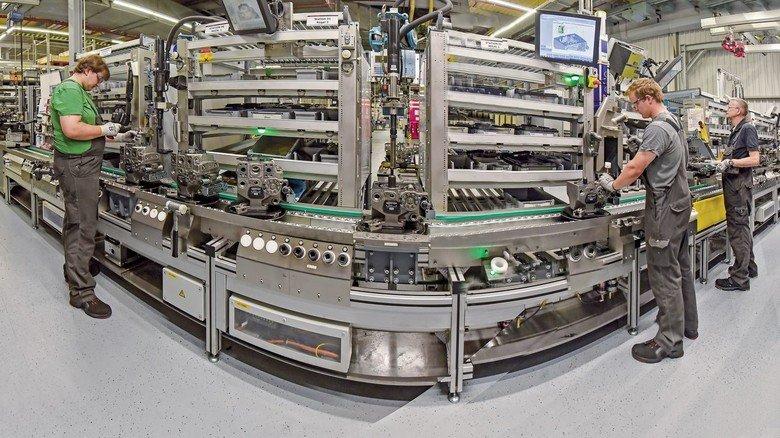 Arbeitshilfe: Auf dieser Montagelinie von Feldmann produziert Danfoss Power Solutions in Neumünster hochmoderne Hydraulikpumpen.