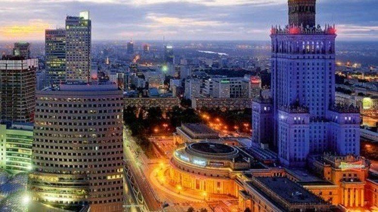Nachts sind alle Katzen grau? Nicht in Warschau. Hier regiert bunt! Links das neue Finanzviertel, rechts, in Blau, der Kulturpalast. Foto: Huber