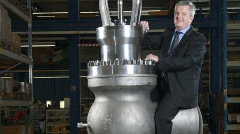 Maßstäbe setzen: Firmenchef Dierk von Nordheim auf einem Regelventil. Foto: Moll