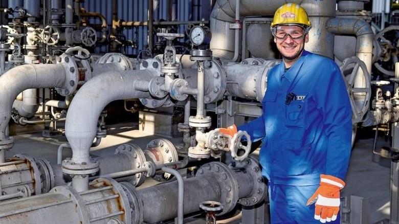 Erfahren: Chemikant Markus Tietze kennt die Anlage schon seit zehn Jahren. Foto: Meinicke
