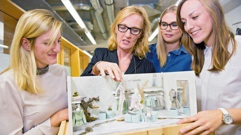 Idealer Verkaufsraum: Schulleiterin Beate Welp-Gerdes (Zweite von links) erklärt das Modell. Foto: Straßmeier