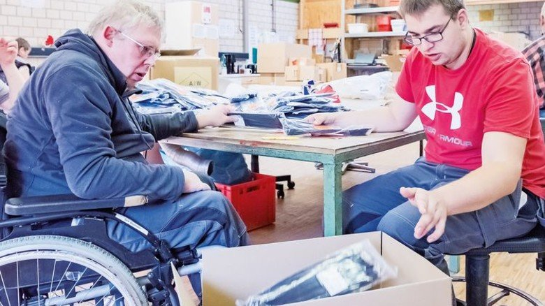 Ab in den Karton: Dirk Baumann (links) und Niklas Renkel verpacken Kabelbinder. Foto: Heidrich