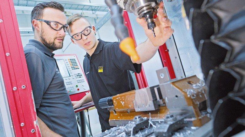 Jeder hundertstel Millimeter zählt: Robert Erdmann (links) gibt Tipps.