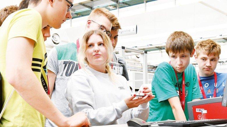 Digitales Lasern: Audi-Azubis zeigen den Schülern im Rahmen des DigiCamp, wie das geht.
