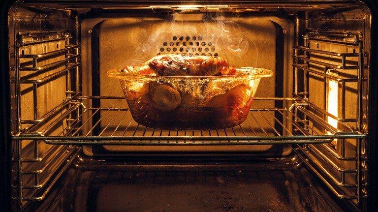 Fettiger Ofen: Die Ablagerungen am besten mit Spezialreiniger einweichen.
