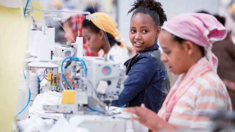 Vorzeigefabrik Jay Jay in Addis Abeba (Äthiopien): Arbeiterinnen nähen hier Babykleidung für Europa. Foto: dpa