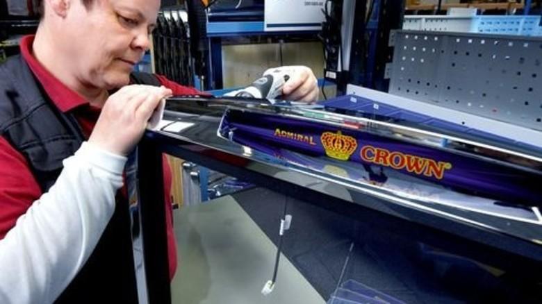 Für den Durchblick: Jana van der Pütten fixiert Teile an der Glasscheibe, die den Monitor eines Spielautomaten schützt. Foto: Augustin