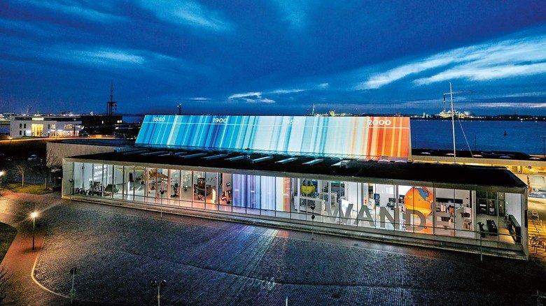 """Illuminiert: Das Deutsche Schifffahrtsmuseum, hier mit einer speziellen Fassaden-Projektion im Rahmen der Medieninstallation """"Screening Northern Lights""""."""